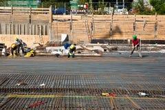Os trabalhadores estão fazendo armoring no terreno de construção imagens de stock