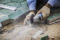 Os trabalhadores estão pavimentando assoalhos do tijolo fotografia de stock royalty free