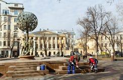 Os trabalhadores estão pintando a fonte Adam e a véspera Moscovo, Rússia Foto de Stock