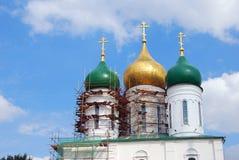 Os trabalhadores fazem reparos no telhado da igreja da suposição Imagens de Stock Royalty Free