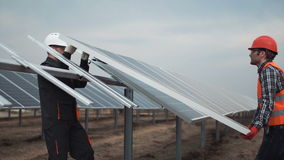 Os trabalhadores instalam o painel fotovoltaico video estoque