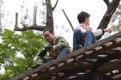Os trabalhadores instalam telhas de telhado Fotografia de Stock Royalty Free