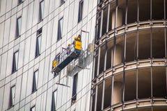 Os trabalhadores lavam as janelas na altura Imagens de Stock Royalty Free