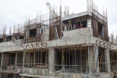 Os trabalhadores não identificados são empregados no metro aéreo da construção em Bangalore Foto de Stock Royalty Free