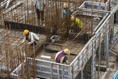 Os trabalhadores não identificados são empregados no metro aéreo da construção em Bangalore Fotos de Stock Royalty Free