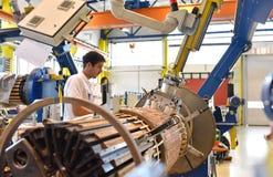 Os trabalhadores novos da engenharia mecânica operam uma máquina para o windi Foto de Stock Royalty Free