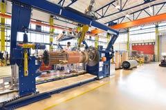 Os trabalhadores novos da engenharia mecânica operam uma máquina para o windi Imagens de Stock Royalty Free
