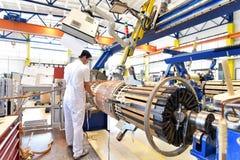 Os trabalhadores novos da engenharia mecânica operam uma máquina para o windi Fotografia de Stock