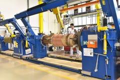 Os trabalhadores novos da engenharia mecânica operam uma máquina para o windi Imagem de Stock Royalty Free