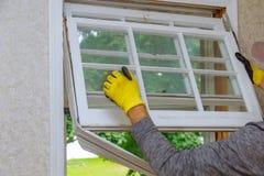 Os trabalhadores que preparam-se para dominar removem as janelas de madeira velhas fotos de stock royalty free