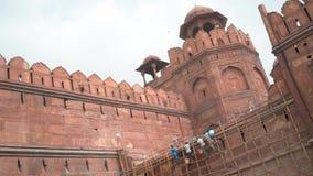 Os trabalhadores que reparam a parede antiga do destino famoso do turista do forte vermelho na Índia Ásia de Nova Deli dobraram o vídeos de arquivo
