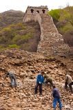 Os trabalhadores reparam as ruínas do Grande Muralha Imagens de Stock