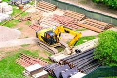 Os trabalhadores reparam o encanamento As tubula??es est?o prontas para colocar na terra A m?quina escavadora est? pronta para es fotos de stock