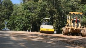 Os trabalhadores tailandeses usam a maquinaria pesada feita e constroem a estrada em Doi Tung em Chiang Rai, Tailândia video estoque