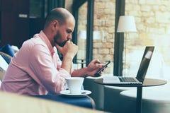 Os trabalhos consideráveis do indivíduo em uma companhia de seguros calculam o pagamento para o seguro Foto de Stock