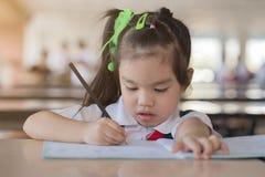 Os trabalhos de casa da educação e do conceito da escola são demasiado imagens de stock royalty free