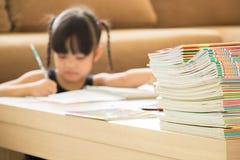 os trabalhos de casa são demasiado para crianças fotos de stock