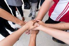 Os trabalhos de equipa com juntam-se às mãos e à posição junto para a cooperação s Imagem de Stock Royalty Free