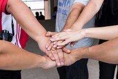 Os trabalhos de equipa com juntam-se às mãos e à posição junto para a cooperação s Foto de Stock