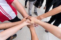 Os trabalhos de equipa com juntam-se às mãos e à posição junto para a cooperação s Foto de Stock Royalty Free