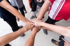 Os trabalhos de equipa com juntam-se às mãos e à posição junto para a cooperação s Imagens de Stock Royalty Free