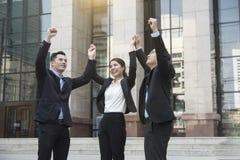 Os trabalhos de equipa do negócio entregam acima sucesso da celebração do conceito para o trabalho Fotografia de Stock Royalty Free