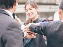 Os trabalhos de equipa do negócio juntam-se ao conceito do apoio das mãos junto Fotografia de Stock Royalty Free