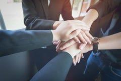 Os trabalhos de equipa do negócio juntam-se ao conceito do apoio das mãos junto Imagens de Stock Royalty Free