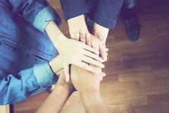 Os trabalhos de equipa do negócio juntam-se ao conceito do apoio das mãos junto Fotos de Stock