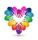 Os trabalhos de equipa entregam o logotipo da forma do coração Fotografia de Stock