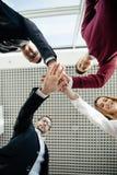 Os trabalhos de equipa juntam-se ao conceito do apoio das mãos junto Desenvolvimento de equipas Fotos de Stock Royalty Free