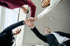 Os trabalhos de equipa juntam-se ao conceito do apoio das mãos junto Desenvolvimento de equipas Foto de Stock Royalty Free