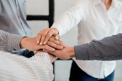 Os trabalhos de equipa juntam-se ao conceito do apoio das mãos junto Negócio Team Cowo Imagem de Stock