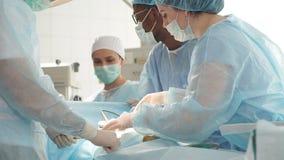 Os trabalhos de equipe eficazes da cirurgia são fundamentais à saúde e à segurança video estoque
