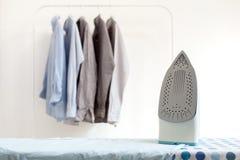 Os trabalhos domésticos passando passados dobraram a vida limpa do conceito das camisas ainda Imagens de Stock Royalty Free