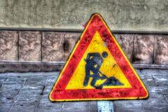 Os trabalhos em curso assinam dentro uma estrada urbana Imagens de Stock