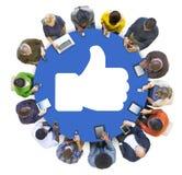 Os trabalhos em rede e os polegares sociais dos povos levantam o símbolo imagem de stock