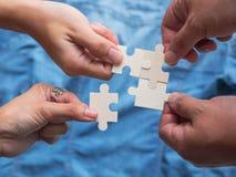 Os trabalhos exigem a cooperação e a ajuda mútua realizar foto de stock royalty free