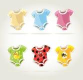 Os trajes coloridos bonitos para bebês com divertimento imprimem Foto de Stock