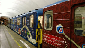 Os transportes do metro de St Petersburg pintados nas cores oficiais do copo das confederações imagens de stock