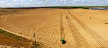 Os tratores correm a aradura paralela para a agricultura de plantação nova da exploração agrícola Fotos de Stock Royalty Free