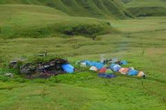 Os trekkers do local de acampamento azuis e as barracas alaranjadas esverdeiam o turismo do eco do vale do dzukou imagem de stock