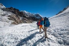 Os Trekkers que cruzam Cho La passam na região de Everest, Nepal Foto de Stock