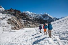 Os Trekkers que cruzam Cho La passam na região de Everest, Nepal Fotos de Stock Royalty Free