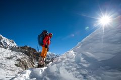 Os Trekkers que cruzam Cho La passam na região de Everest, Nepal Fotografia de Stock