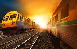 Os trens de passageiros e o recipiente da indústria railroads o corredor no ra Foto de Stock