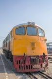 Os trens esperam em uma plataforma da estrada de ferro Fotos de Stock