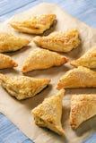 Os triângulos da massa folhada encheram-se com o queijo e o alho-porro de feta imagem de stock royalty free