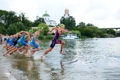 Os triathletes competem no componente da natação durante a competição internacional do triathlon Imagens de Stock Royalty Free