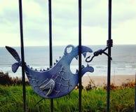 Os trilhos do balustade dos peixes contra decorações do metal travam o gancho Fotografia de Stock Royalty Free